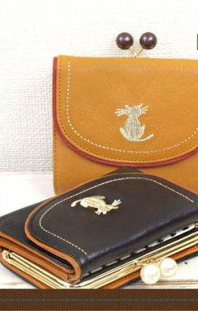 ワンポイントの二つ折り猫財布